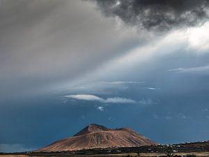 Slecht weer op komst boven vulkaan op Fuerteventura