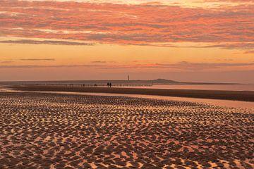 Zeeuwse kust bij zonsondergang van Elles Rijsdijk