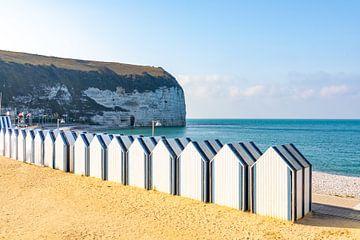 Altmodische Umkleidekabinen in der kleinen französischen Küstenstadt Yport in der Provinz Normandie von Michiel Ton