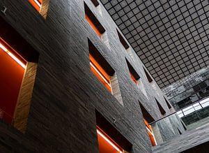Architectuur in grijs en oranje van Gerard Lakerveld