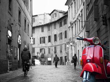 Roter Vespa Piaggio in der atmosphärischen italienischen Straße von Bart van der Borst