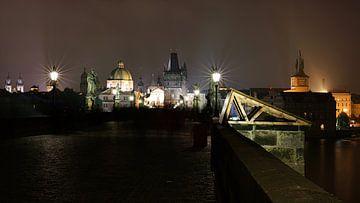 auf der Karlsbrücke in Prag bei Nacht von Heiko Kueverling