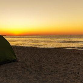 Tent op het strand bij zonsondergang van Frank Herrmann
