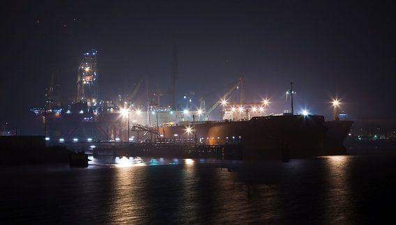 Industrie in de donkere haven