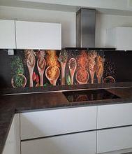Klantfoto: kruiden en specerijen op pollepels, herbs and spices on wooden spoons van Corrine Ponsen, als naadloos behang