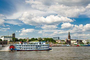 Raderstoomboot op de rivier de Elbe voor Landungsbrücken in de haven van Hamburg van Dieter Walther