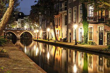 Sfeervol avondbeeld van de Oudegracht ter hoogte van de Twijnstraat a/d Werf, Utrecht van