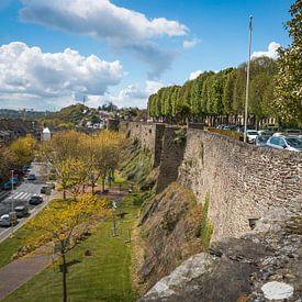 Een oude stadsmuur in de plaats Saint Lo in Frankrijk. van Rijk van de Kaa