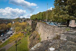 Eine alte Stadtmauer in der Stadt Saint Lo in Frankreich. von Rijk van de Kaa