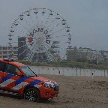 Reddingsbrigade bij de post in Egmond aan Zee, op het Strand, van Niels Ten Klooster