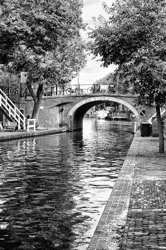 De Zandbrug in Utrecht over de Oudegracht in zwartwit gezien vanaf de werf. van