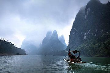 Afdalen van de mistige Li-rivier - Guilin, China van Thijs van den Broek