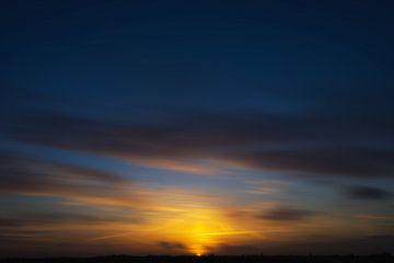Zonsondergang met wolken van Casper De Graaf
