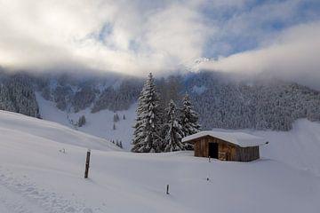 Cabane de montagne dans la neige sur Guido Akster