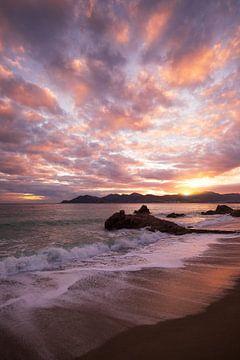 zonsondergang aan de baai van Cannes van Yannick Lefevre