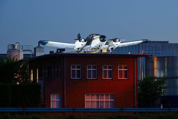 Piper Aztec op dak gebouw industriële evenementenlocatie DeFabrique in Utrecht van Donker Utrecht