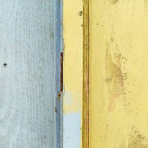 Abstract lijnenspel op houten wand van