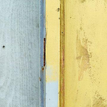 Abstract lijnenspel op houten wand sur Texel eXperience