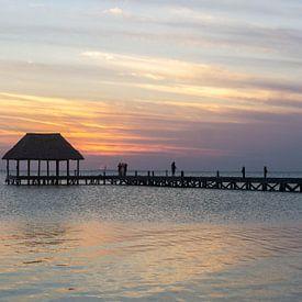 Zonsondergang bij de pier van Isla Holbox in Mexico van Reis Genie