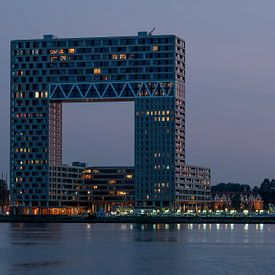 Gebouw Pontsteiger in Amsterdam net na zonsondergang van Wim Stolwerk