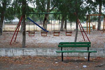 Verlaten speeltuin in de regen op Lesbos