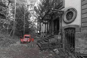 Verlaten auto bij Chateau Lumiere van