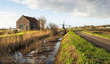 Typisch niederländische Landschaft mit Windmühle von Ruud Morijn