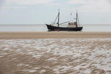 Vissersboot aan het strand van Tonko Oosterink