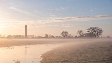 Radioturm während des Sonnenaufgangs von Wouter Bos
