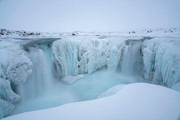 De Hrafnabjargafoss op IJsland in de winter van