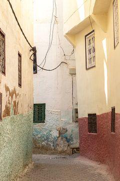 Bunte Gasse in Marokko von Kimberley Helmendag