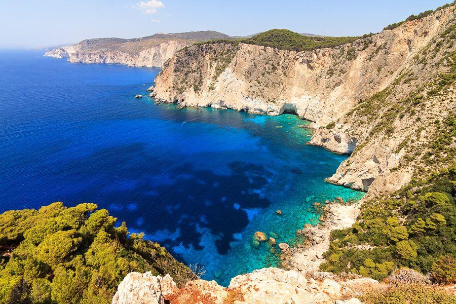 Blauwe zee Zakynthos van Dennis van de Water