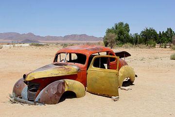 Verlaten auto woestijn van Inge Hogenbijl