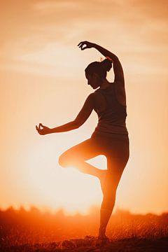 Silhouette einer Yogapose bei Sonnenuntergang