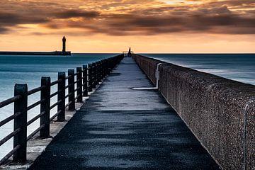 De pier van Duinkerken tijdens een bewolkte zonsondergang van Jan Hermsen