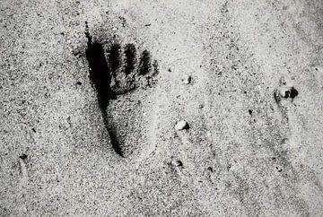 Een voetafdruk op het strand van Nannie van der Wal