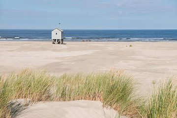 Drenkelingenhuisje op het Noordzeestrand van Terschelling von Tonko Oosterink