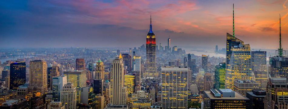 Manhattan (New York City) panorama tijdens een prachtige zonsondergang van Alexander Mol