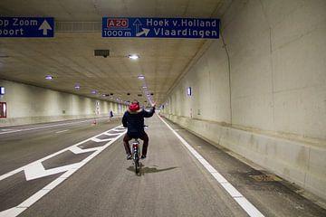 Fietsen door de tunnel A20 van Daniël Smits