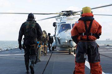 Marines gehen an Bord eines NH-90 von André Dorst