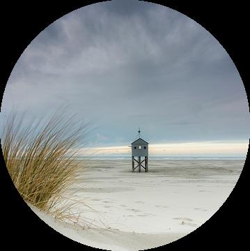 Drenkelingenhuisje op het strand Terschelling van Sander Grefte