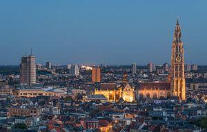 Het stadsgezicht van Antwerpen in de avond