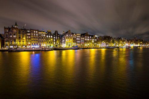 Kleurrijke reflecties op de Amstel en mooi vervaagde wolkenslierten tijdens een storm