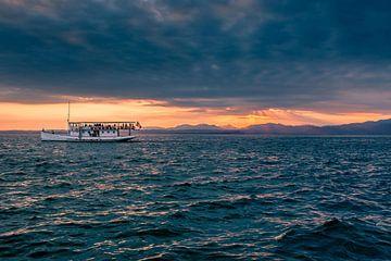 Boot aan het Gardameer zonsondergang van Kevin Baarda