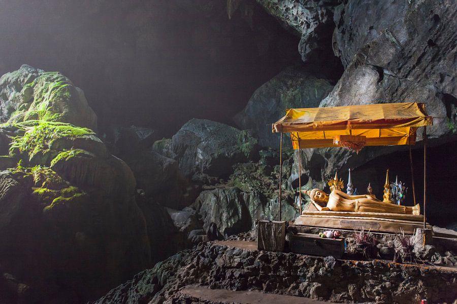 Laos, Liggende Boeddha in grot van Jaap van Lenthe
