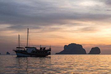 Zonsondergang in Thailand van Anne Zwagers