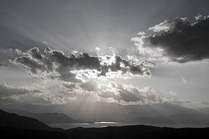 Zwart-wit lucht met wolken en zonnestralen van