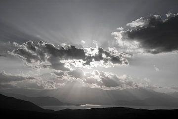 Zwart-wit lucht met wolken en zonnestralen von
