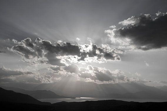 Zwart-wit lucht met wolken en zonnestralen van Helga Kuiper
