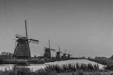 Kinderdijk op een grijze dag in zwart wit von Patrick Verhoef